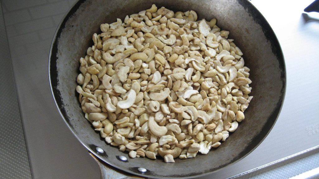 カシューナッツがフライパンで乾煎りされている。